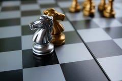 Het Spel van de schaakraad Twee ridders gaan tegen elkaar Bedrijfsstrategie en de concurrentieconcept Exemplaarruimte voor tekst royalty-vrije stock afbeeldingen