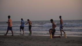 Het spel van de strandvoetbal stock videobeelden