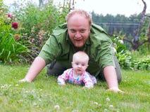 Het spel van de vader met baby Royalty-vrije Stock Fotografie