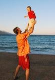 Het spel van de vader met zoon Royalty-vrije Stock Foto's