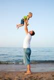 Het spel van de vader met zoon Royalty-vrije Stock Foto