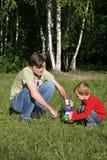 Het spel van de vader met zoon royalty-vrije stock afbeeldingen