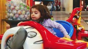 Het spel van het de voertuigenvliegtuig van de baby kiddie rit bij wandelgalerij binnenspeelplaats stock videobeelden
