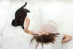 Het spel van de vrouw met een kat stock foto's