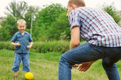 Het spel van de zoon en van de vader in voetbal Royalty-vrije Stock Foto