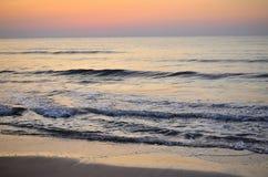 Het spel van golven op ochtend Royalty-vrije Stock Afbeelding