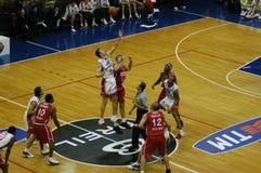 Het spel van het basketbal in Milaan stock afbeeldingen