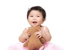 Het spel van het de babymeisje van Azië met pop royalty-vrije stock fotografie
