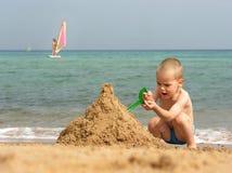 Het spel van het jonge geitje op strand Royalty-vrije Stock Afbeeldingen