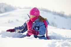 Het spel van het kind bij de wintersneeuw Royalty-vrije Stock Fotografie