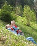 Het spel van het kind en van de moeder op gras royalty-vrije stock foto