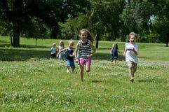 Het spel van het kind in het park stock foto's