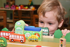 Het spel van het kind in kleuterschool Royalty-vrije Stock Afbeeldingen