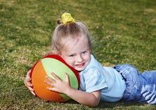 Het spel van het kind met bal in park Stock Afbeeldingen