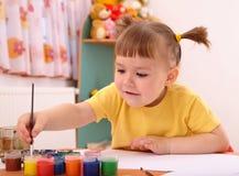 Het spel van het kind met verven in kleuterschool Stock Foto's