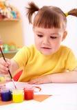 Het spel van het kind met verven in kleuterschool Royalty-vrije Stock Fotografie