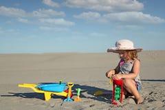 Het spel van het meisje met speelgoed Stock Fotografie