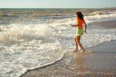 Het spel van het meisje op het strand Stock Foto