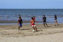 Het spel van het strandvoetbal Stock Foto's