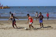 Het spel van het strandvoetbal Royalty-vrije Stock Afbeeldingen