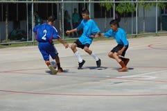 Het Spel van het Voetbal van de jeugd in Thailand Stock Foto's
