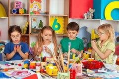 Het spel van het kinddeeg in school Plasticine voor kinderen royalty-vrije stock afbeeldingen