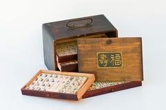 Het spel van Mahjong betegelt oud houten doosteken met lange levensuur stock afbeelding