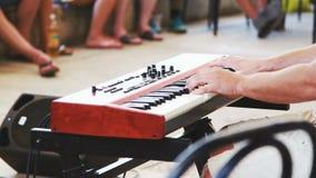 Het spel van mensenhanden op de muzieksynthesizer stock footage