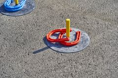 Het spel van paardschoenen in het asfalt royalty-vrije stock foto's