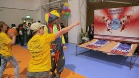 Het Spel van Zijaanzichtjongens met Ballen en Clown Entertains Audience stock video