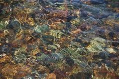 Het spel van zonlicht in zeewater Stock Foto