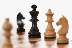 Het spel witte koningin die van het schaak zwarte koning uitdaagt Royalty-vrije Stock Foto's