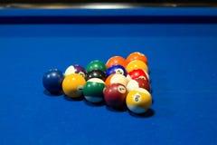 Het spelballen van de biljartpool in beginnende driehoekige positie royalty-vrije stock afbeelding