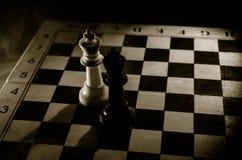 het spelconcept van de schaakraad bedrijfsideeën en de concurrentie en strategieideeën concep Schaakcijfers aangaande een donkere Royalty-vrije Stock Afbeelding