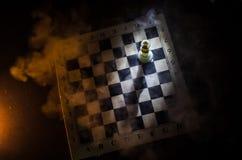het spelconcept van de schaakraad bedrijfsideeën en de concurrentie en strategieideeën concep Schaakcijfers aangaande een donkere Royalty-vrije Stock Foto's
