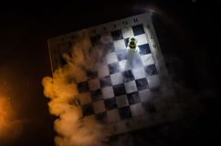 het spelconcept van de schaakraad bedrijfsideeën en de concurrentie en strategieideeën concep Schaakcijfers aangaande een donkere Stock Afbeeldingen