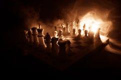 het spelconcept van de schaakraad bedrijfsideeën en de concurrentie en strategieideeën concep Schaakcijfers aangaande een donkere Stock Foto's