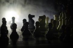 het spelconcept van de schaakraad bedrijfsideeën en de concurrentie en strategieideeën concep Schaakcijfers aangaande een donkere Stock Foto