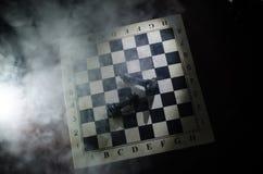het spelconcept van de schaakraad bedrijfsideeën en de concurrentie en strategieideeën concep Schaakcijfers aangaande een donkere Royalty-vrije Stock Fotografie