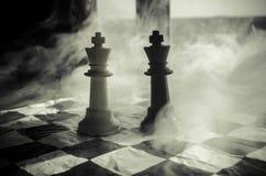 het spelconcept van de schaakraad bedrijfsideeën en de concurrentie en strategieideeën concep Schaakcijfers aangaande een donkere Stock Afbeelding
