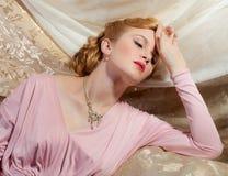 het speld-Omhooggaande Schot van de Stijl van jaren '40 van Mooie Jonge Vrouw Royalty-vrije Stock Foto's
