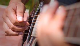 Het spelen akoestische gitaar royalty-vrije stock afbeeldingen