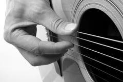 Het spelen akoestische gitaarclose-up Stock Afbeelding