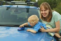 Het spelen autostuk speelgoed op kap Stock Afbeeldingen
