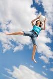 Het spelen bal in de lucht Stock Foto