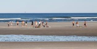 Het spelen Bal op het Strand in de Zomer Stock Afbeeldingen