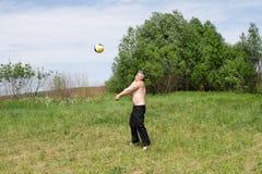 Het spelen bij het platteland Stock Foto