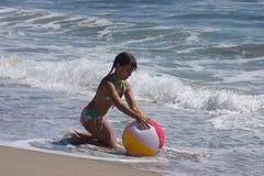 Het spelen bij het strand stock afbeelding