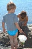 Het spelen bij het strand Stock Foto's