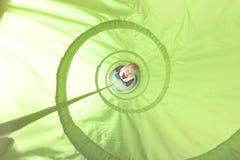 Het spelen binnen een stuk speelgoed tunnel Royalty-vrije Stock Afbeeldingen